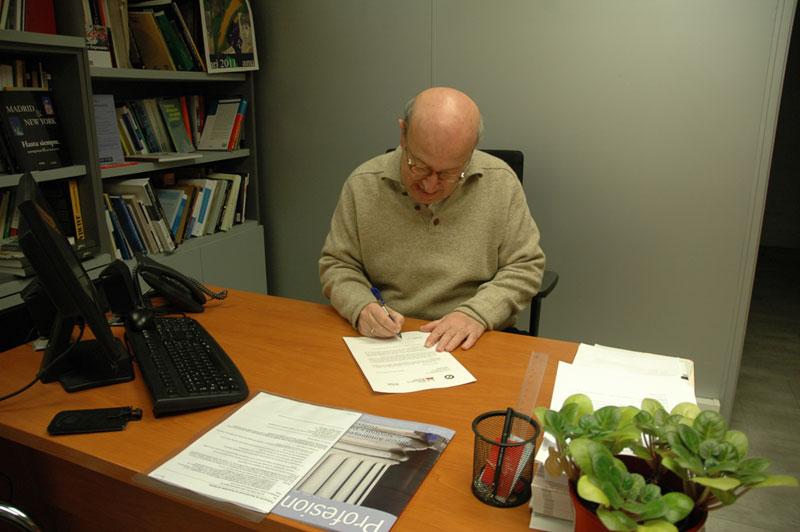 Mariano Rivero firma la carta